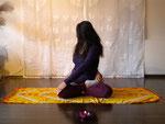 Drehübung rechts im Lotussitz - Padmasana