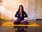 Namaste in Anjali Mudra im Lotussitz
