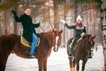Счастливая пара на конной прогулке