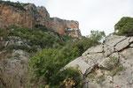 Hoch oben am Fels klebt das Kloster
