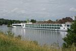 Flusskreuzfahrtsschiff am Hafen