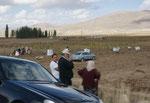 Der Chef mit Mercedes kontrolliert den Fortschritt seiner Wanderarbeiter