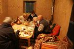 Abendessen am warmen Ofen mit den Bekannten von Sus und Franz