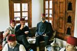 """Zwei """" echte"""" Osmanen mischen sich im Museum unter die Männer"""