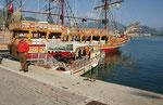 Grössere und kleinste Ausflugsschiffe. Der lustige Kapitän