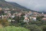 Durch schöne Natursteinhäuser Dörfer.