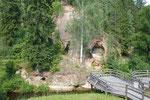 Die natürlichen Keller im Felsen von Ligatne
