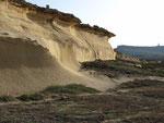 Die Felswände sehen aus wie versteinerte Dünen