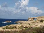 Blick auf das Azur Window von der Dwejra Bay
