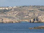 Comino mit der Blauen Bucht mit Gozo im Hintergrund