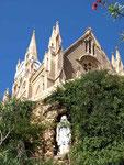 Dass ist die Kirche, welche wir heute morgen vom Balkon gesehen haben. Mal anschauen