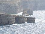 Blick auf das Azur Window und Funngus Rock aus Richtung San Dimitri Point