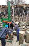 Das Holz wird vor der Lagerung gespalten