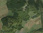 2003 erkennt man im Luftbild die Reste der Gruben an der Nordseite (Quelle: Google)