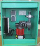 Kompaktdosierungen im PE Wetterschutzschrank (beheizt) für Wandmontage im Freien, optional mit Haken zum Einhängen in den Gitterrohrrahmen eines Standard KTCs/IBCs, in den Farben blau-grün-schwarz und rot