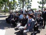 式典に参列する関係者たち