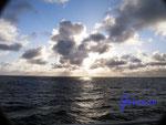 Pb130015 Sonnenaufgang über der Ostsee 2 irgendwo zwischen Rostock und Helsinki.jpg