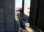 """P9050865 Frachter """"Minor"""" bei der Ausfahrt aus der rechten Kammer des  Schiffshebewerks  in Scharnebeck Richtung Elbe"""