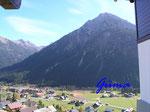 PA221452  im Kleinenwalsertal - Blick von Maisäß auf die Hammerspitze (2260m)