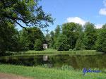 P5120710 Im Schloßpark in Gotha - Blick über den Parkteich zum Merkur-Tempel