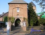 2-21-Pa060012 Burg Brüggen  Eingang Burg Brüggen. Die Burg Brüggen ist eine Wasserburg im südöstlichen Teil der niederrheinischen Gemeinde Brüggen in Nordrhein-Westfalen.
