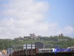 P5180354 Dover Castle (davor die moderne Kulisse von Dover) ist eine Burg bei Dover, England und wurde dank seiner historischen verteidigungstechnischen Bedeutung als Schlüssel zu England beschrieben.
