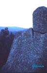 """PICT0061 Auf der Kästeklippe. Die Kästeklippe liegt im Harz auf den Huthberg  oberhalb das Okertales. Links hinten die Felsformation """"Urmütterchen"""". Im Vordergrund unerklärliche Felsformation - vermutlich künstlich errichtet."""