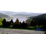 P5020322 Blick über die Okertalsperre. Die Okertalsperre ist mit einer Wasseroberfläche von mehr als zwei Quadratkilometern eine der größten Talsperren im Harz. Hinter der 260 Meter langen bogenförmigen Staumauer befindet sich ein idyllisch gelegener, wei