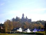 Pa270030 Burg Braunfels/Hessen. Sieht aus wie im Märchen, ist aber wahr: auf der Spitze eines Basaltfelsens gelegen, thront Schloss Braunfels mit seiner zinnenreichen Silhouette und begrüßt seine Besucher schon von weitem. Seit 800 Jahren im Familienbes