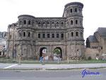 """P8200005  Die """"Porta Nigra"""" in Trier  Die Porta Nigra ist eines der am besten erhaltenen Tore der antiken Welt und das besterhaltene römische Stadttor diesseits der Alpen."""