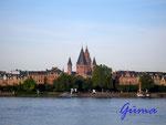 1-17-P8280009 Der Mainzer Dom. Blick über den Rhein zum Mainzer Dom.