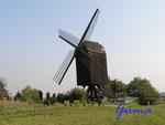 Pa070016 Kastenbockwindmühle Tönisberg. Diese Mühle ist eine von 4 noch erhaltenen hölzernen Kastenbockwindmühlen. Der gesamte Mühlenkasten wurde mit dem Krühstert in den Wind gedreht.