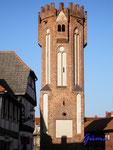P9270609 Hünerdorfer Tor in Tangermünde. Von der ursprünglichen Toranlage ist nur noch der 24 Meter hohe Wehrturm des Haupttores erhalten. Unterer Teil erbaut 1300, 1460-70 wurde der achteckige Bauteil aufgesetzt.
