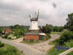 P5300406  Die erste Mühle an dieser Stelle wurde 1833 von Carl Brüggemann in Betrieb genommen. Wie viele Windmühlen wurde auch sie ein Opfer der Flammen durch die bei einem Sturm heißgelaufenen Bremsen.