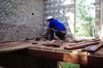 Der erste Fußboden wird verlegt, bestehend aus dicken Tropenholzdielen. Auf Wunsch können auch dünnere Nut- und Federbretter verarbeitet werden.