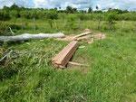 Weiteres Holz an Ort und Stelle fertig gesägt.