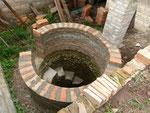 Der Brunnen ist fast auf Deckelhöhe hochgemauert.