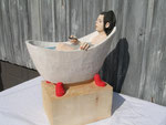 Frau in Badewanne Pferdeschwanz