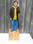 """Mann mit gelbem Kapuzenshirt"" Linde, Acryl - Höhe mit Sockel 45 cm"