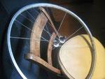 Pour la manipuler il faut deux baguettes . Prendre une roue d'un vieux velo (on vous en donnera gratuitement dans les magasins a velos!).