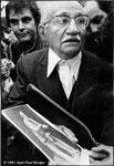 21 mai 1981 - Devant le Panthéon - À la sortie de François Mitterrand du Panthéon - Syndicaliste avec un portrait de Jean Jaurès.