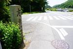 背面から372号線(右側道路)南方向を見る