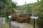 小野町の小町塚、後方は名神高速道
