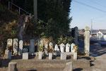 覚法寺登り口の石像群、右が有馬街道