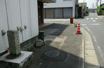 酒店の勝手口前に建つ道標