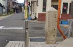 橋本中ノ町の道標(2)(東面、前方が淀川堤防)