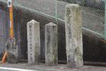坂道に並ぶ3基の丁石、右から(1)~(3)