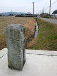 西横田町の道標(1)、東方を見る
