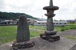 上御領一里塚跡の西、地神の石碑(左)と琴平宮の常夜燈