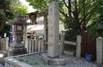 石坐神社の燈籠と鳥居